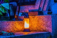 Brännande stearinljus på en kyrkogård under all helgondag Arkivfoto