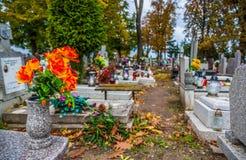 Brännande stearinljus på en kyrkogård under all helgondag Fotografering för Bildbyråer