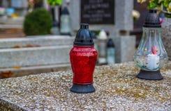 Brännande stearinljus på en kyrkogård under all helgondag Arkivbilder