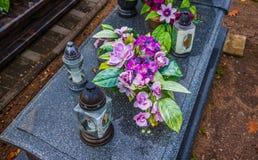 Brännande stearinljus på en kyrkogård under all helgondag Royaltyfri Foto