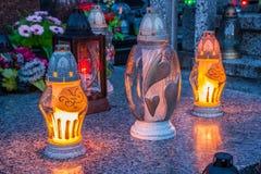 Brännande stearinljus på en kyrkogård under all helgondag Arkivbild