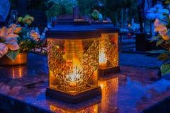 Brännande stearinljus på en kyrkogård under all helgondag Royaltyfria Bilder