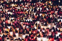 Brännande stearinljus på en kyrkogård under all helgondag Royaltyfria Foton