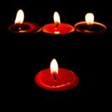 Brännande stearinljus på en mörk bakgrund med varmt ljus Royaltyfri Foto