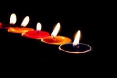 Brännande stearinljus på en mörk bakgrund med varmt ljus Royaltyfri Bild