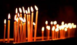 Brännande stearinljus på mörk bakgrund Arkivbilder