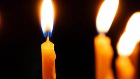 Brännande stearinljus på mörk bakgrund Arkivfoton