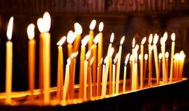 Brännande stearinljus på mörk bakgrund Fotografering för Bildbyråer