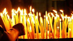 Brännande stearinljus på mörk bakgrund Royaltyfri Bild