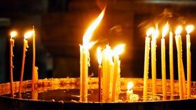 Brännande stearinljus på mörk bakgrund Arkivbild
