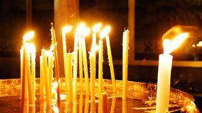 Brännande stearinljus på mörk bakgrund Royaltyfri Fotografi