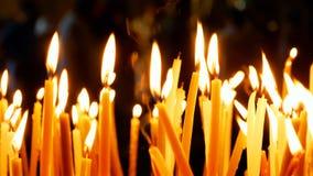 Brännande stearinljus på mörk bakgrund Royaltyfria Foton
