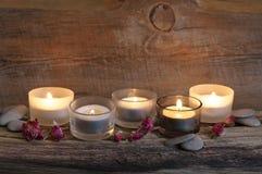 Brännande stearinljus på ridit ut trä Royaltyfri Foto