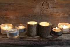 Brännande stearinljus på ridit ut trä Arkivfoto