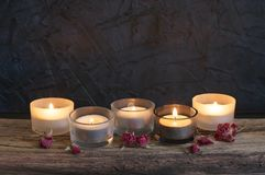 Brännande stearinljus på ridit ut trä Arkivbild