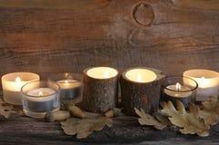 Brännande stearinljus på ridit ut trä Royaltyfri Fotografi