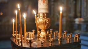 Brännande stearinljusinsida en kyrka lager videofilmer