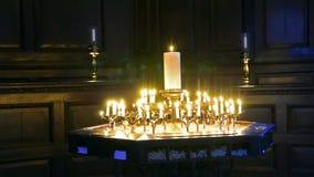 Brännande stearinljusmelt i mörkret lager videofilmer