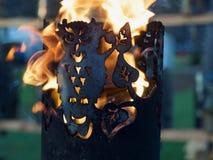 Brännande ugglafackla med lösa flammor arkivbild