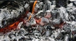 brännande varmt kol i gallerslutet upp arkivbilder