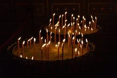 Brännande vaxstearinljus i ställningar, Prague, Tjeckien royaltyfri fotografi