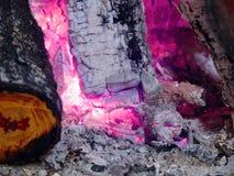 bränner till kol glödande Fotografering för Bildbyråer