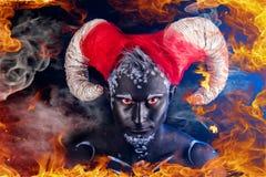 brännhet demon En brinnande demon med horn arkivbilder