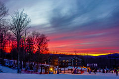 Brännhet himmel på solnedgången över timberline skidar semesterorten West Virginia Royaltyfria Foton