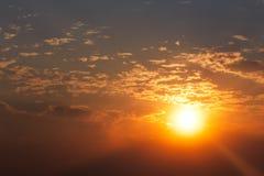 Brännhet orange solnedgånghimmel Härlig djup färgrik himmel Royaltyfria Foton