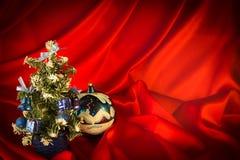 Brännhet-röd bakgrund för lyckönskan på jul och ny Ye Arkivfoto