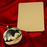 Brännhet-röd bakgrund för lyckönskan på jul och ny Ye Arkivfoton