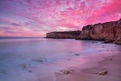 Brännhet röd himmel på Seascape i Portugal Arkivfoton