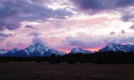 Brännhet solnedgång över Tetonsen royaltyfria bilder