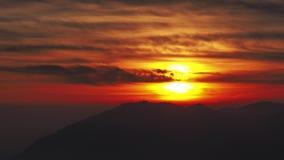 Brännhet solnedgång för Tid schackningsperiod från bergmaximum i en molnig afton Solnedgång i parkera Orobie berg Italienska Alps lager videofilmer