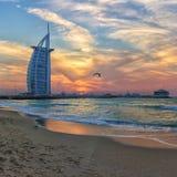 Brännhet solnedgång i Dubai royaltyfria foton
