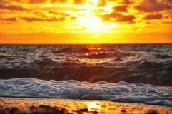 Brännhet soluppgång över vågorna Royaltyfri Foto