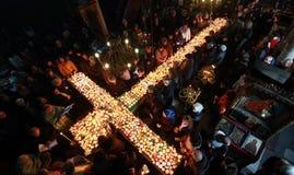 Brännhett kors med krus av honung Arkivfoton