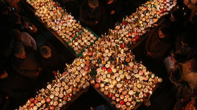 Brännhett kors med krus av honung Royaltyfri Fotografi