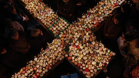 Brännhett kors med krus av honung Royaltyfri Foto