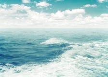 Bränning av vattenskum från fartyget i havet fotografering för bildbyråer