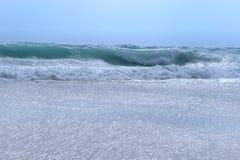 Bränning. De stora vågorna. Tidvatten. Royaltyfri Bild