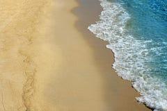 Bränning för havvåg som bryter på sandstranden royaltyfri foto