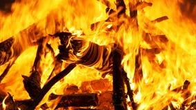 Bränning för stor brand på natten långsam rörelse arkivfilmer