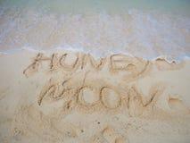 Bränning och märkabröllopsresa på sanden Kust på en tropisk ö royaltyfria foton