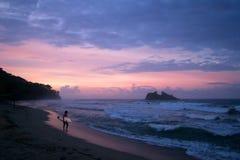 Bränning och rosa färgsolnedgång, Costa Rica arkivbilder