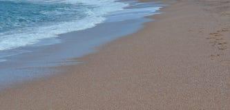Bränning på den sandiga stranden Royaltyfri Fotografi