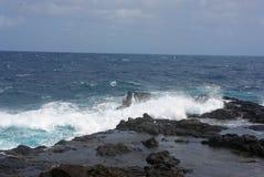 Bränning på vaggar - Kauai, hawaianska öar Arkivbild