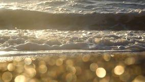 Bränning vinkar på Black Sea med Bokeh på förgrund på soluppgångtid lager videofilmer