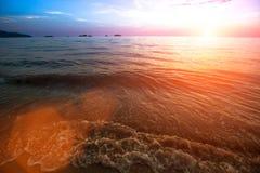 Bränning vinkar på havsidan under den fantastiska solnedgången Natur Royaltyfri Fotografi