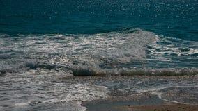 Bränningen av det blåa turkoshavet med den vita vinkelräta vågen Arkivfoto